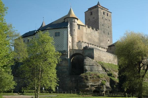 Krajinou příběhů českých hradů známých i neznámých